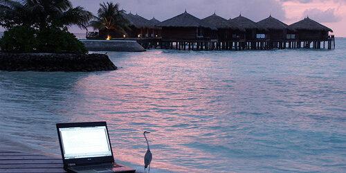 Alone beach laptop GiorgioMontersino